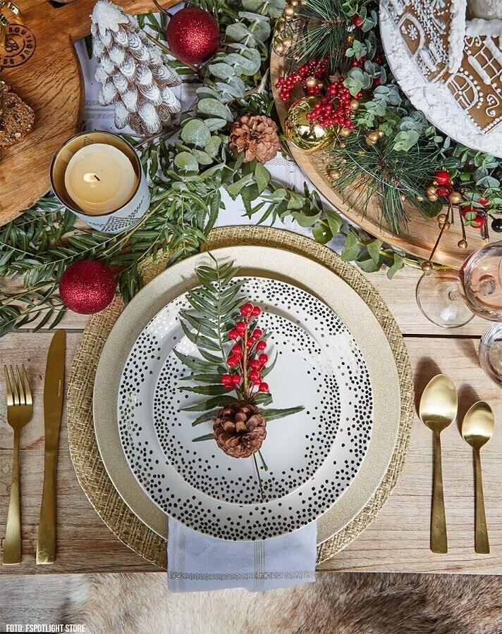 linda decoração com detalhes dourado e arranjos de Natal para mesa com pinhas Foto Loving The Home Life