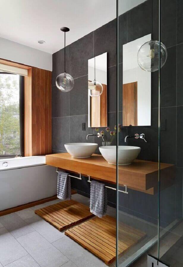 luminária pendente de vidro para banheiro preto e madeira Foto Hometeka