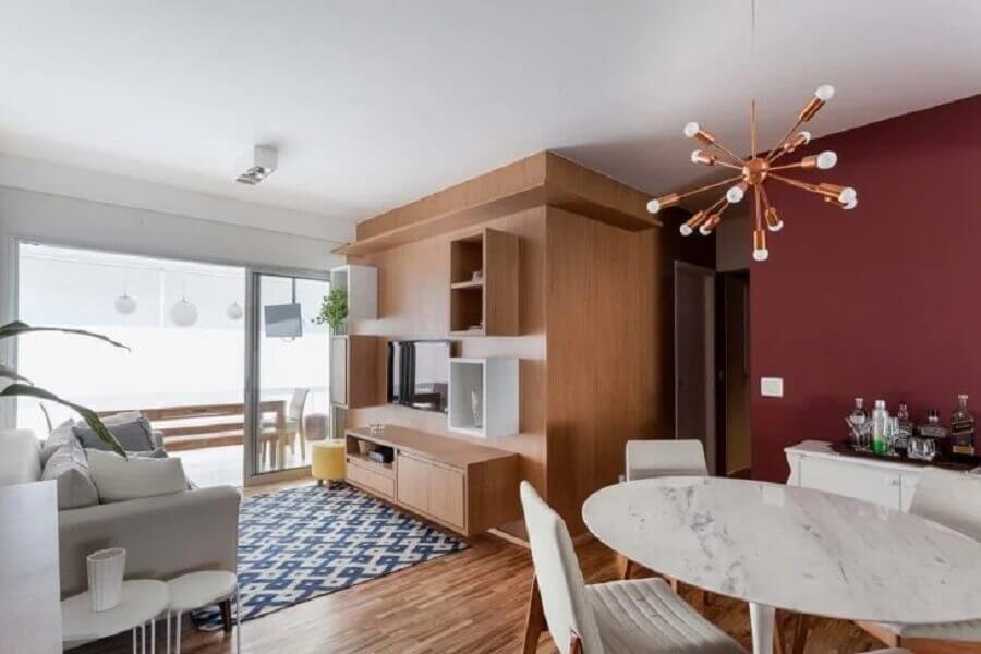 lustre pendente cobre para sala de jantar pequena integrada com sala de estar Foto Tria Arquitetura