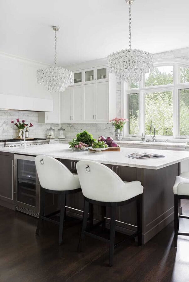 lustre pendente cristal para decoração sofisticada em cozinha com ilha Foto Apartment Therapy