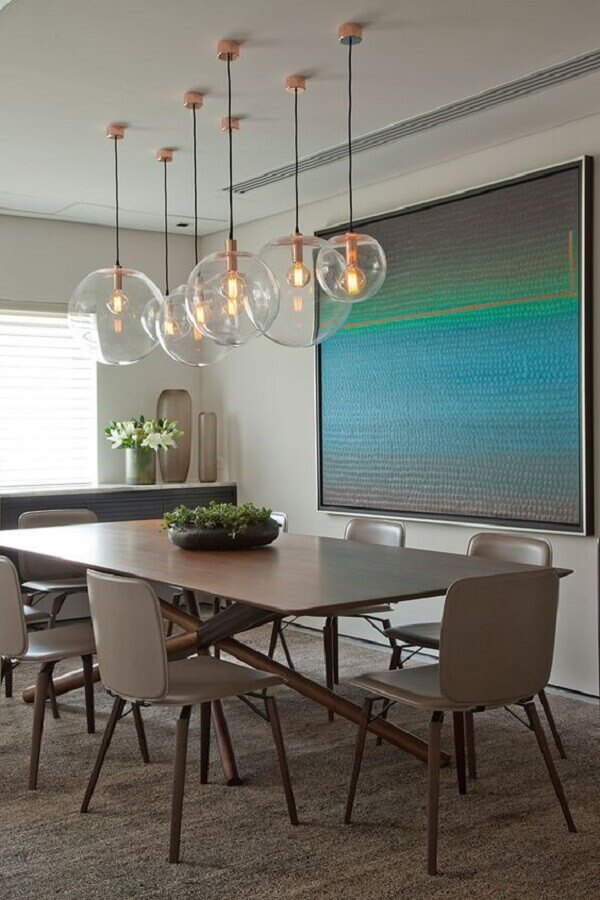 lustre pendente de vidro para decoração de sala de jantar com mesa moderna de madeira Foto Casa de Valentina