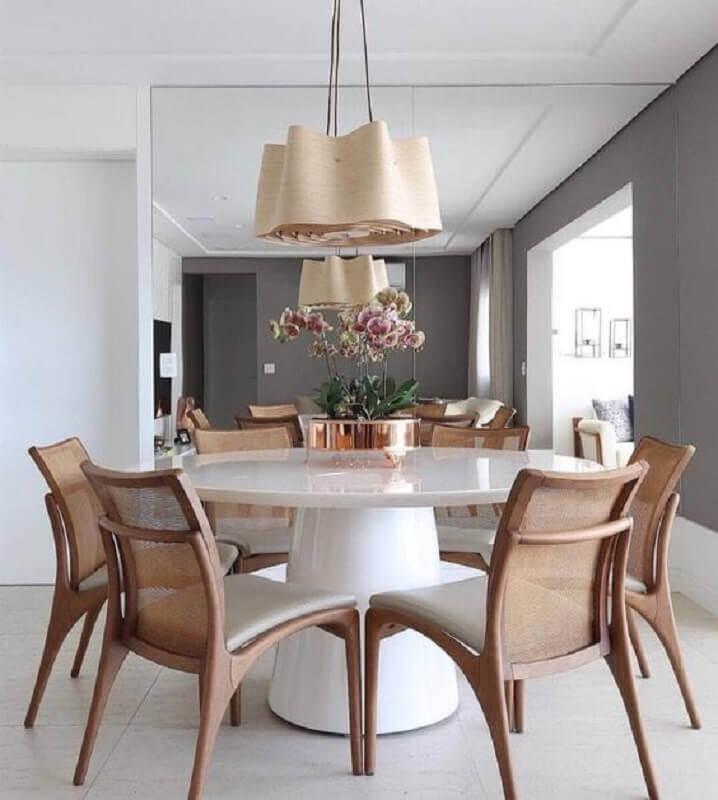 lustre pendente moderno para sala de jantar decorada com parede espelhada e mesa redonda branca Foto Jeito de Casa