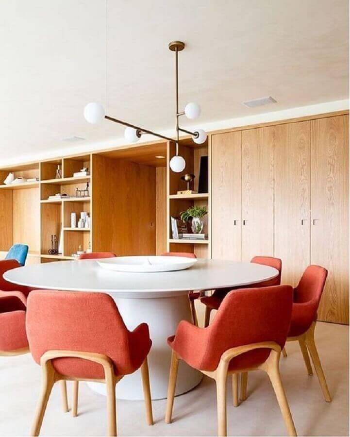 lustre pendente moderno para sala de jantar moderna decorada com cadeira estofada coral Foto Cristiana Bertolucci Estúdio