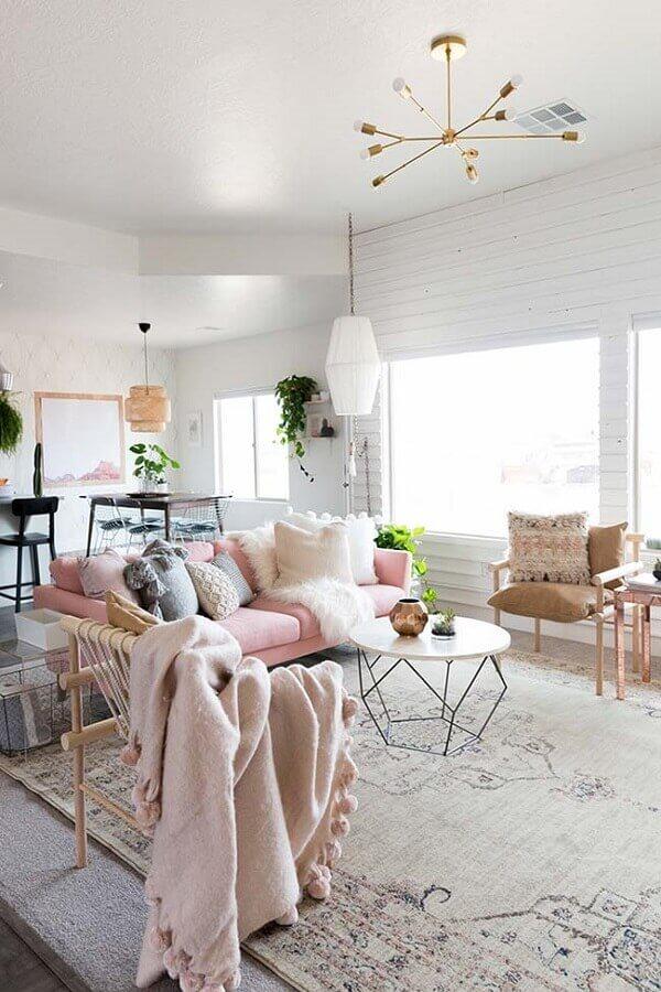 lustre pendente para sala de estar decorada com sofá rosa Foto Archidea