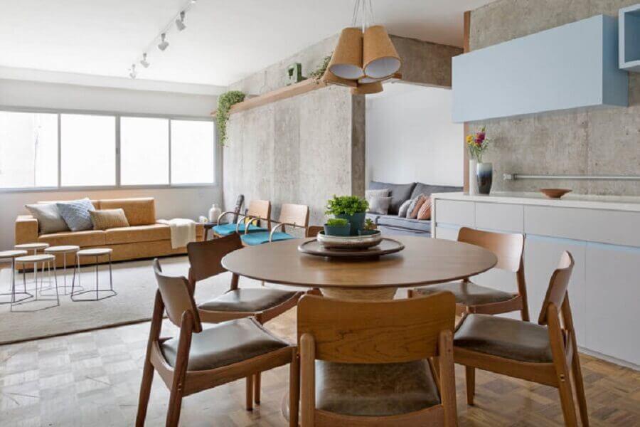 lustre pendente para sala de jantar com mesa de madeira redonda Foto Tria Arquitetura