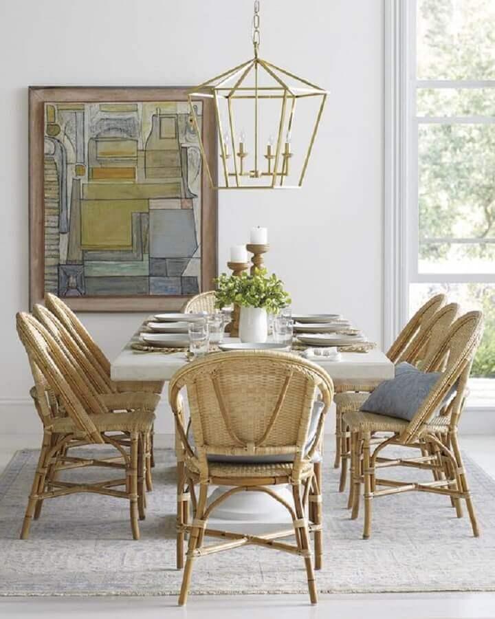 lustre pendente para sala de jantar decorada com cadeiras rústicas Foto Serena & Lily