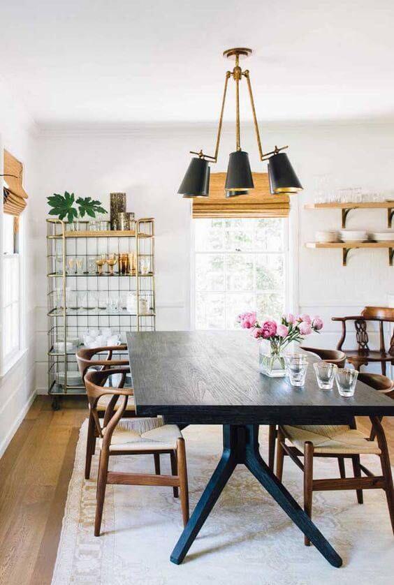 Lustre retro na sala de jantar com mesa preta