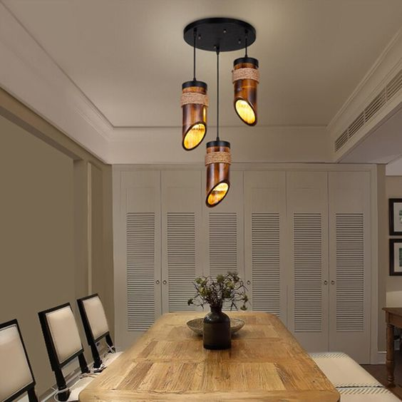 Lustre rustico madeira pendente na sala de jantar