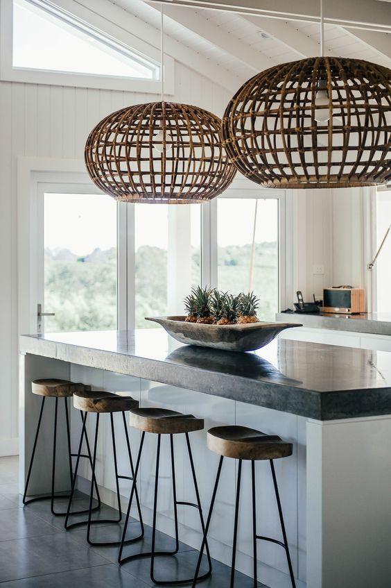Lustre rústico na bancada da cozinha branca