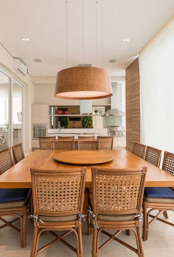 Lustre rústico varanda gourmet com mesa de madeira combinando