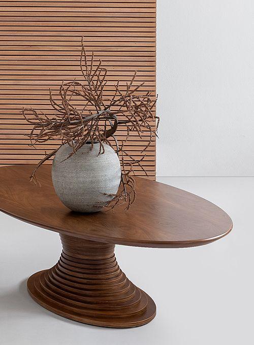 Mesa de centro oval de madeira