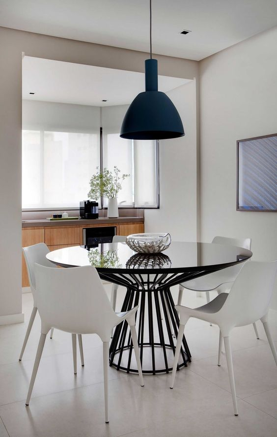 Mesa de jantar preta com cadeiras brancas