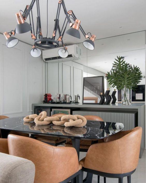 Mesa de jantar preta com cadeiras de couro