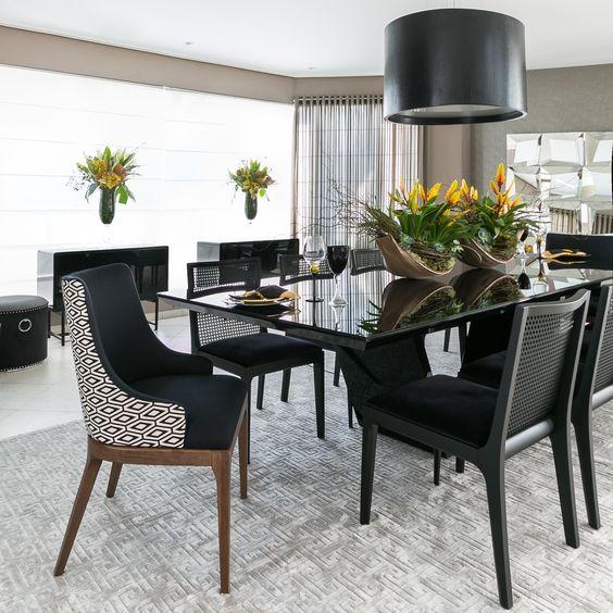 Mesa de jantar preta com lustre redondo