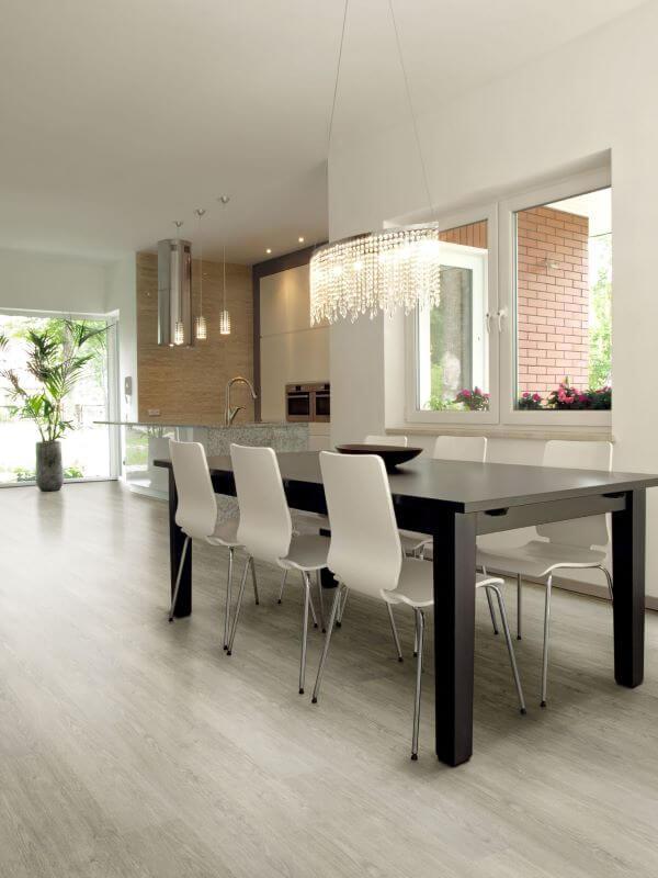 Mesa de jantar preta e branca na sala clean