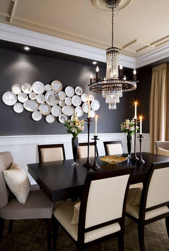 Mesa de jantar preta e branca com lustre luxuoso