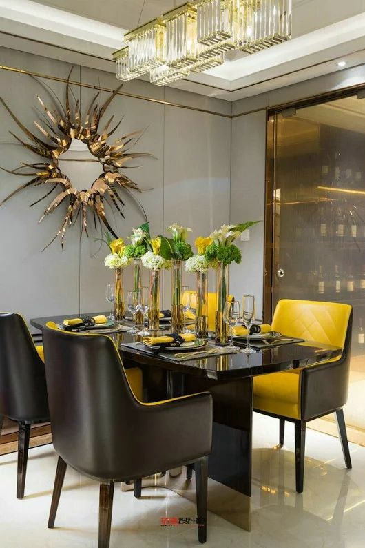 Mesa de jantar preta com cadeiras amarelas