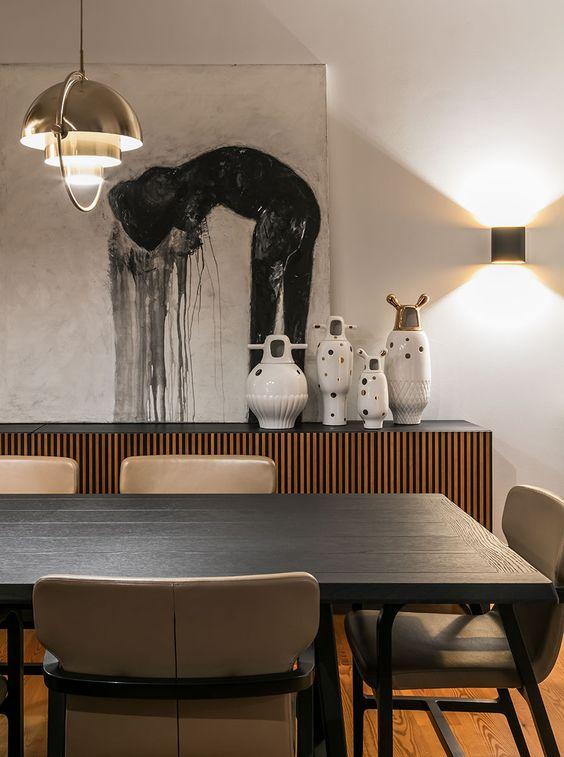 Mesa de jantar preta de madeira na sala