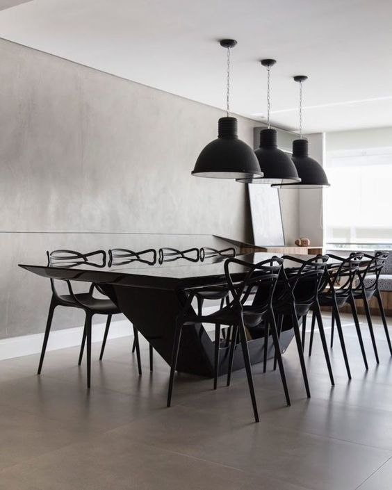 Mesa de jantar preta moderna e longa na sala moderna