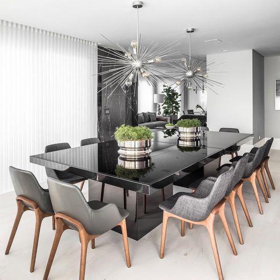 Mesa de jantar preta com cadeiras cinza
