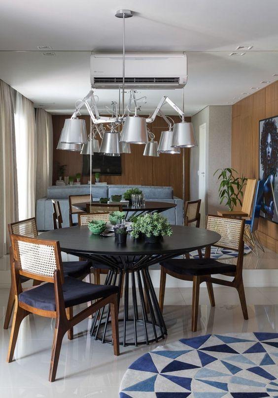 A mesa de jantar redonda preta é uma das mais modernas