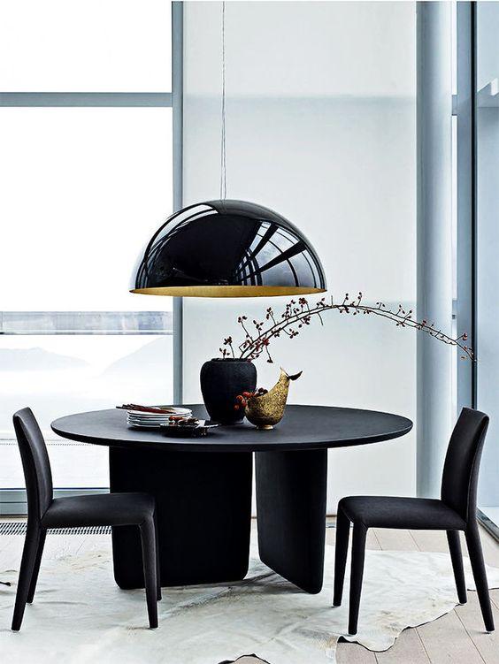 Mesa de jantar preta redonda com lustre preto retrô