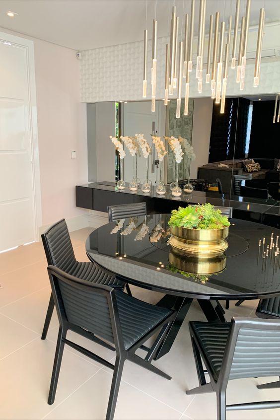 Mesa de jantar pequena e preta na decoração luxuosa