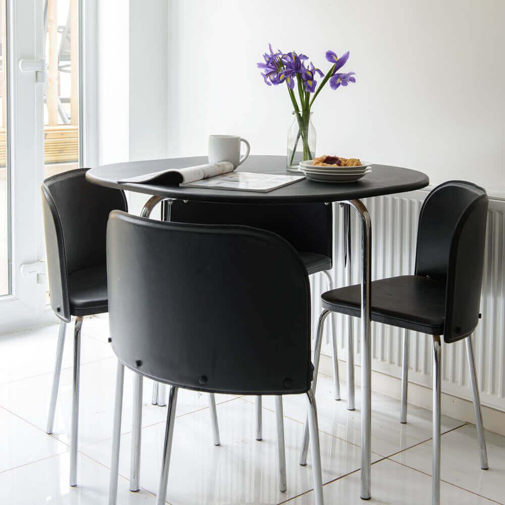 Mesa de jantar preta, redonda e pequena