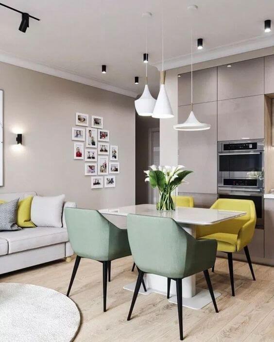 Mesa de jantar rosa e amarela