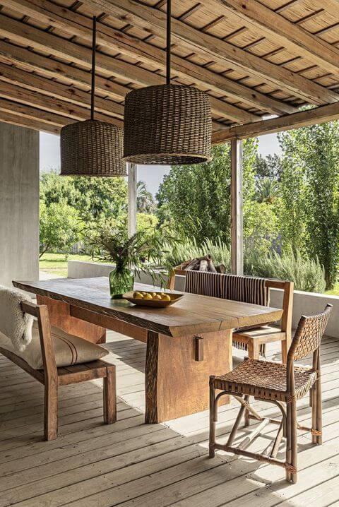 Mesa de madeira para varanda gourmet com decoração rústica