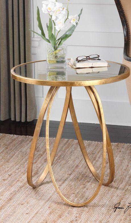 Mesa espelhada lateral com detalhes em dourado