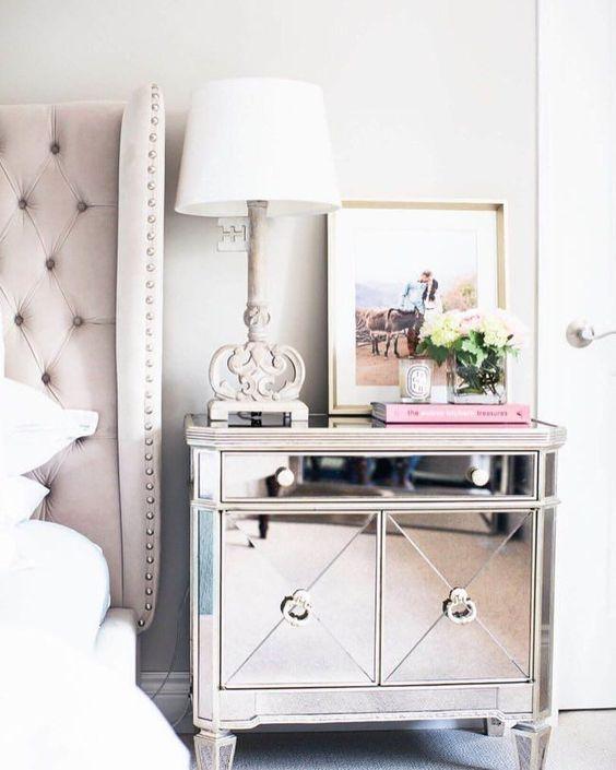 Mesa espelhada de cabeceira decorada