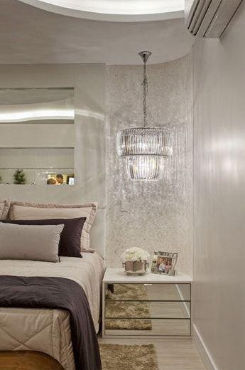 Mesa espelhada de cabeceira no quarto luxuoso
