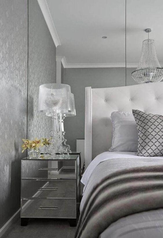 Mesa espelhada de cabeceira na decoração de quarto moderna