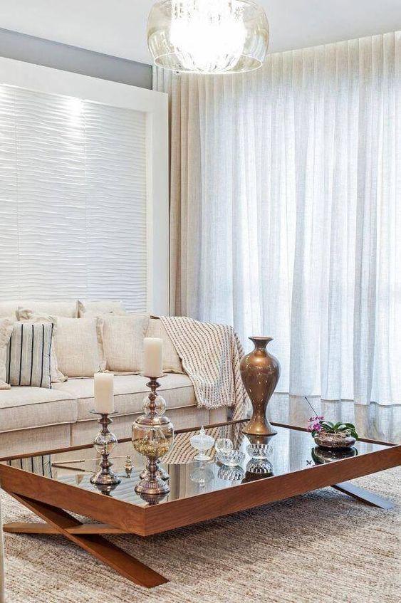 Mesa espelhada de centro decorada com vasos e castiçais