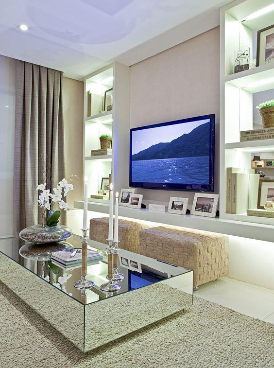 Mesa espelhada de centro na sala de TV moderna