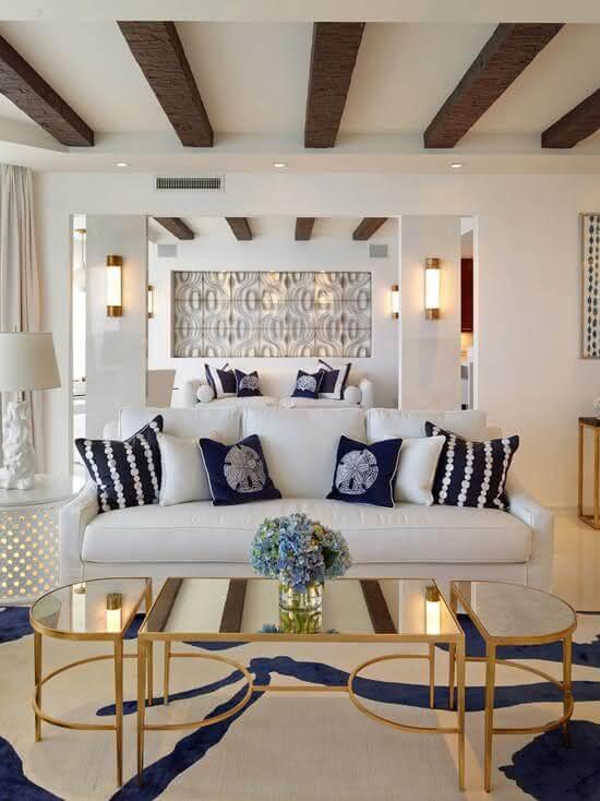 Mesa espelhada com sofá branca