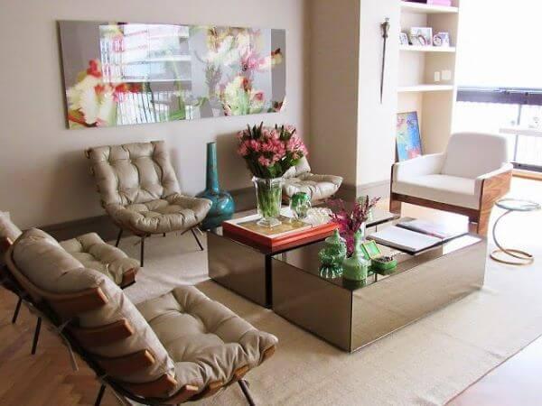 Mesa espelhada na sala moderna