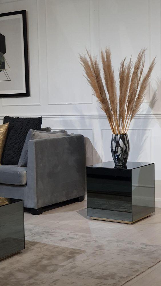 Mesa espelhada lateral com vaso de flores