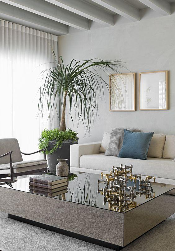 Mesa espelhada na sala de estar