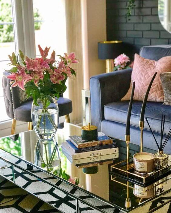 Mesa espelhada na sala de estar moderna
