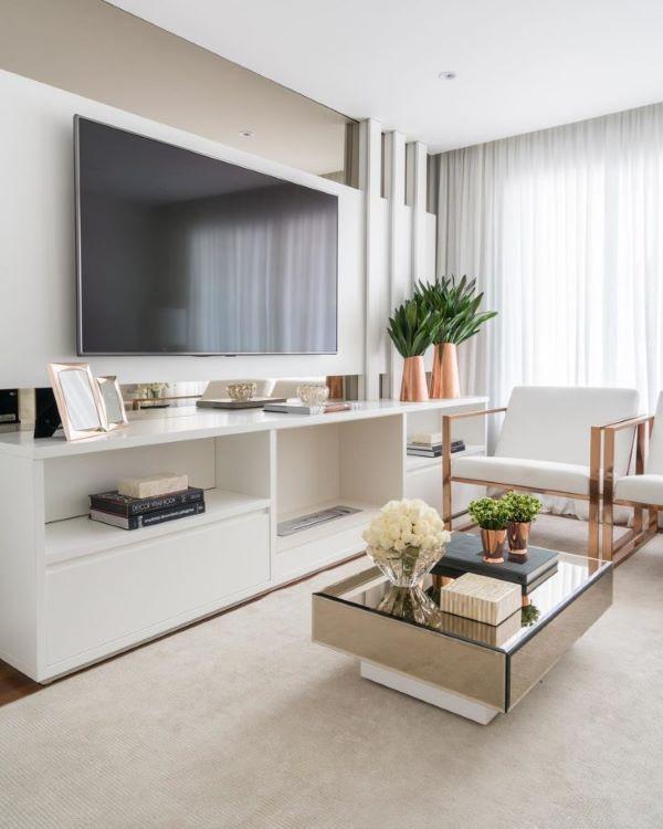 Mesa espelhada quadrada na decoração da sala de TV