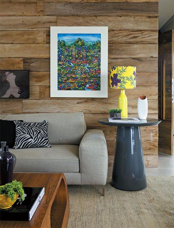 Mesa lateral redonda e alta na decoração de sala de estar