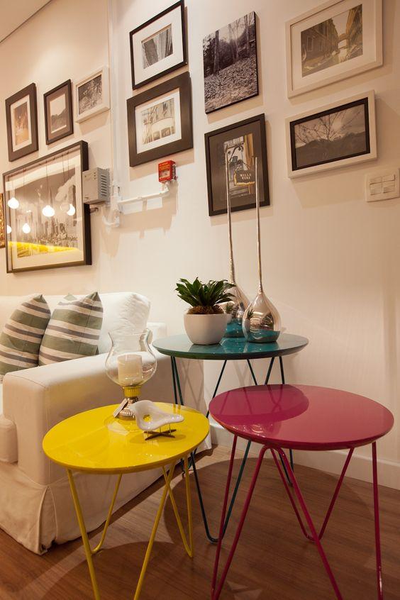 Mesa lateral colorida na decoração clean