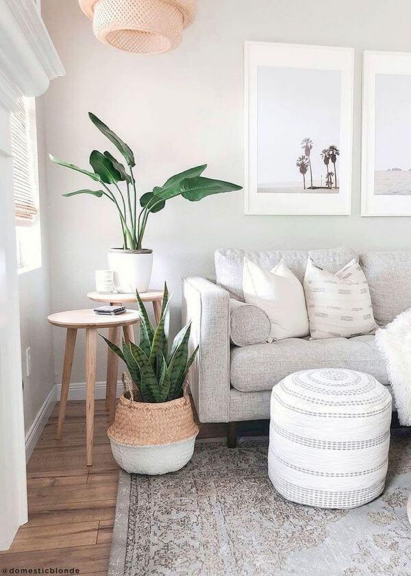 Mesa lateral alta de canto com pés de palito e plantas