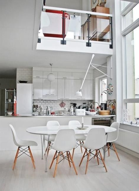 Mesa oval branca na sala de jantar