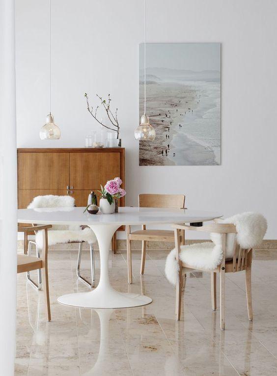 Mesa oval branca na sala clássica