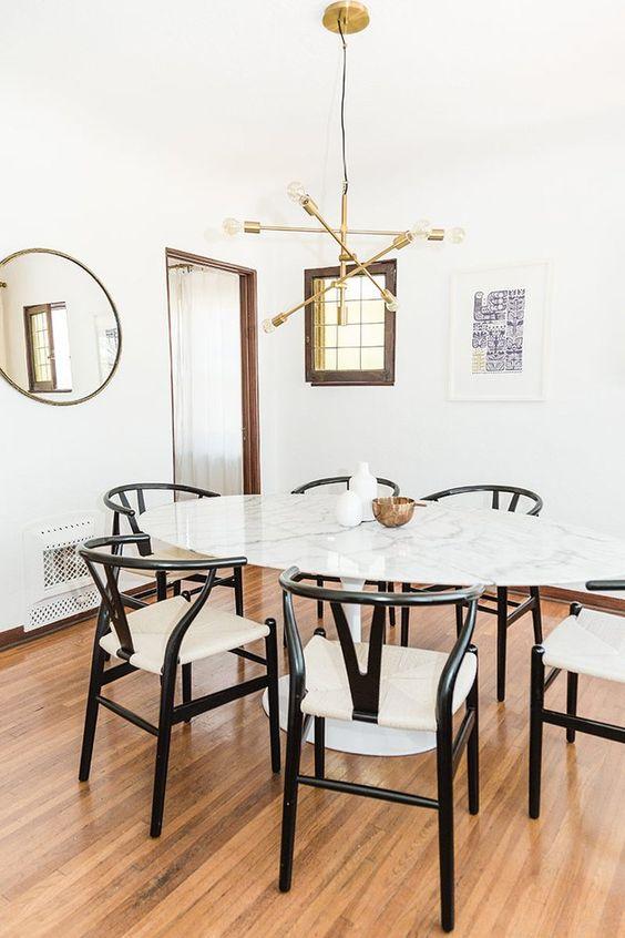 Mesa oval pequena com cadeiras pretas