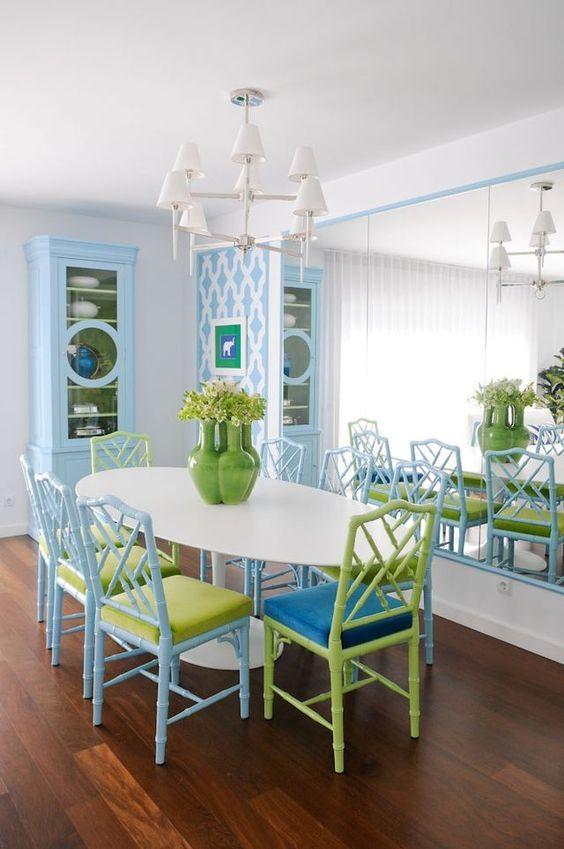 Sala de jantar colorida com mesa oval