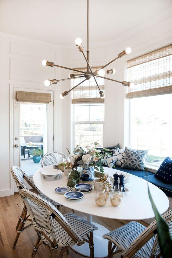 Mesa oval de jantar com lustre moderno